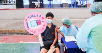 นักเรียนระดับชั้นมัธยมศึกษาตอนปลาย เข้ารับการฉีดวัคซีน Pfizer